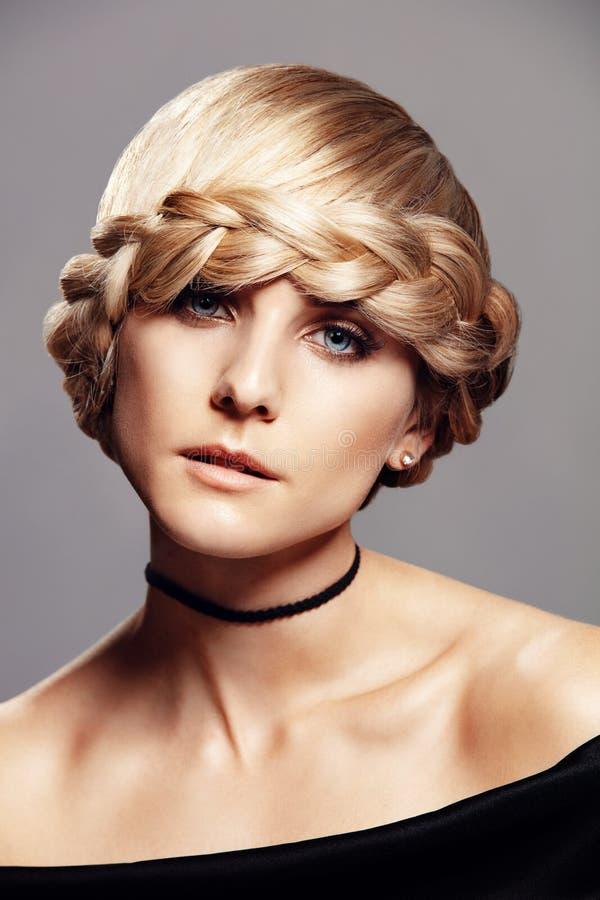 Mulher loura bonita com penteado da trança imagens de stock royalty free