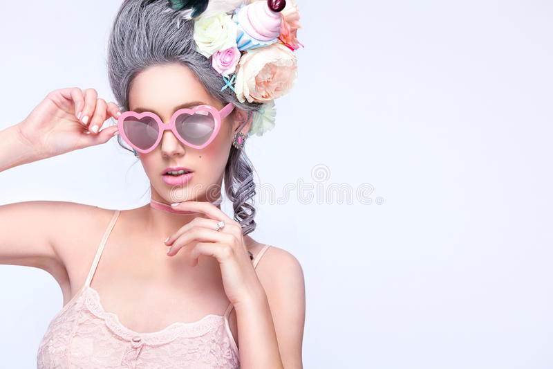 Mulher loura bonita com um bolo Senhora 'sexy' doce com vidros do coração Estilo do vintage Foto da forma imagem de stock royalty free