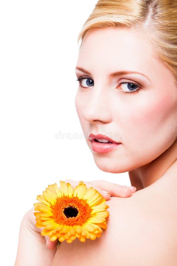 Mulher loura bonita com uma flor foto de stock