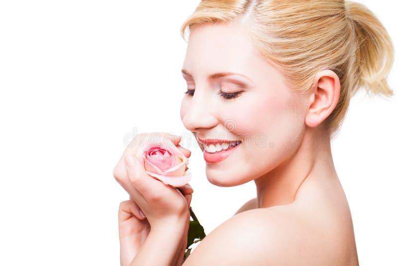 Mulher loura bonita com uma rosa fotografia de stock royalty free