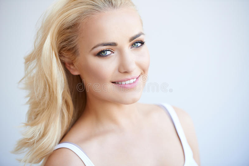 Mulher loura bonita despreocupada de sorriso imagens de stock royalty free