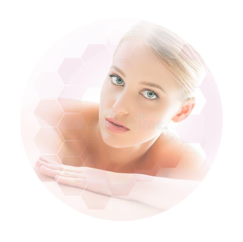 Mulher loura bonita e saudável que obtém o tratamento da massagem no salão de beleza dos termas foto de stock