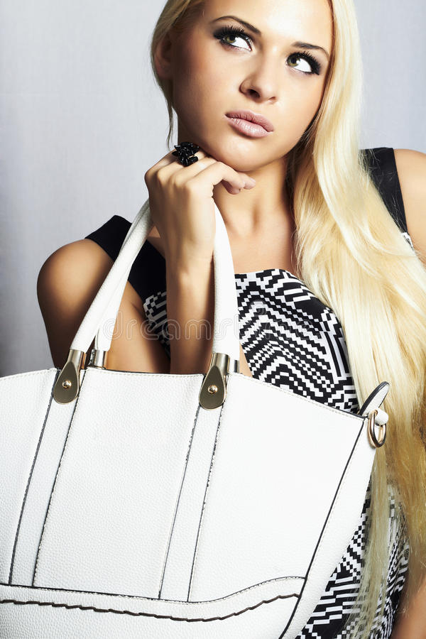 Mulher loura bonita elegante com com a bolsa. compra fotos de stock