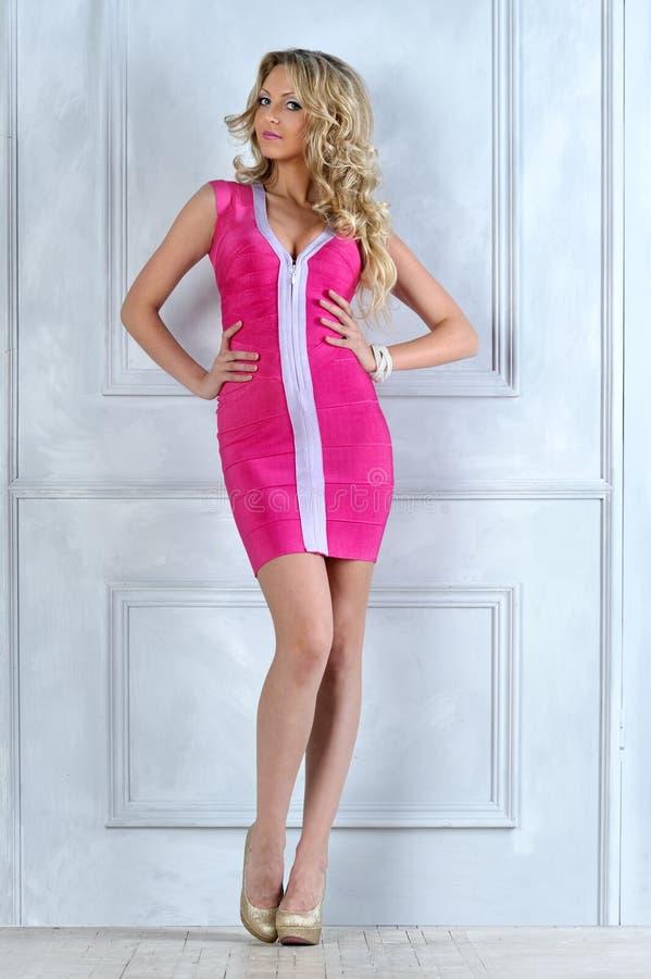 Mulher loura bonita em um vestido cor-de-rosa. fotos de stock royalty free