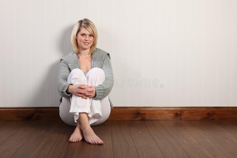 Mulher loura bonita feliz no casaco de lã feito malha imagem de stock royalty free