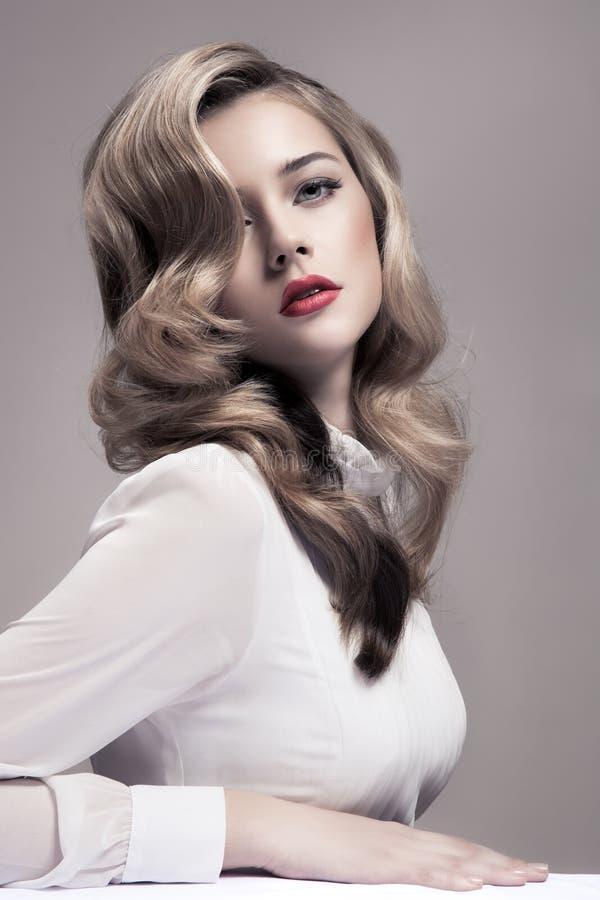 Mulher loura bonita. Imagem retro da forma. imagens de stock royalty free