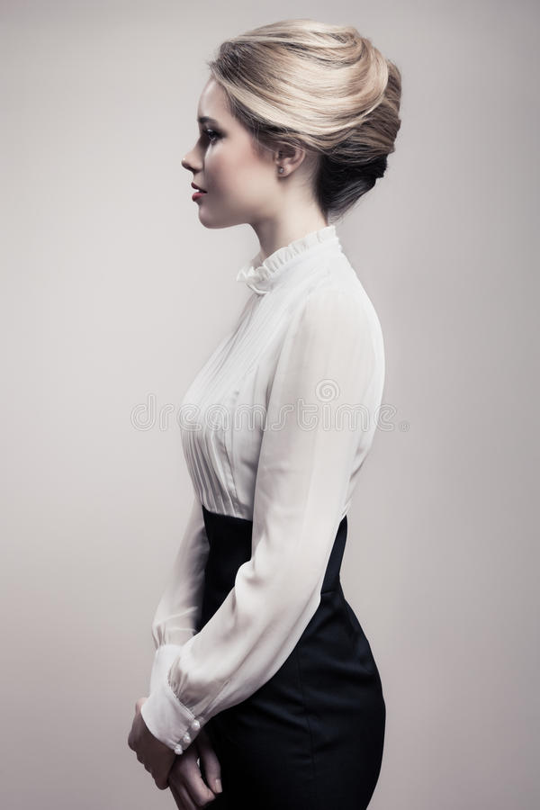 Mulher loura bonita. Imagem retro da forma. fotografia de stock
