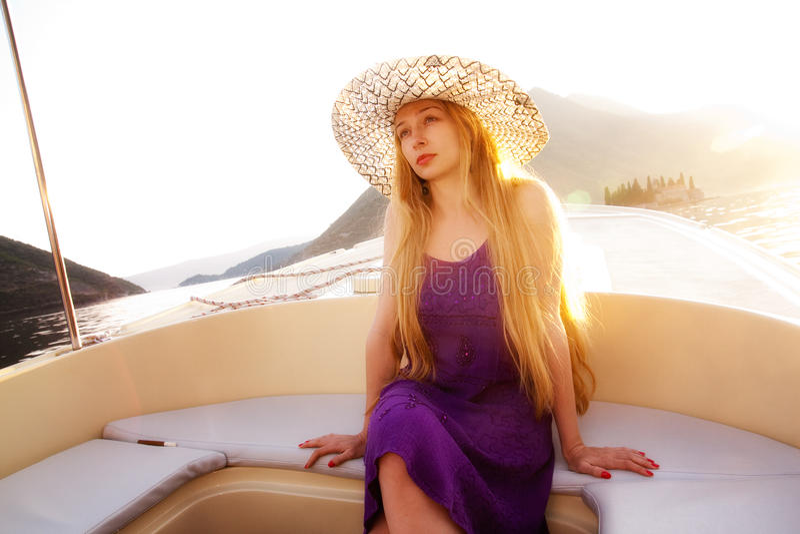 Mulher loura bonita no barco luxuoso imagem de stock