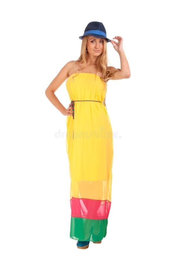 Mulher loura bonita no vestido amarelo e em um chapéu imagens de stock