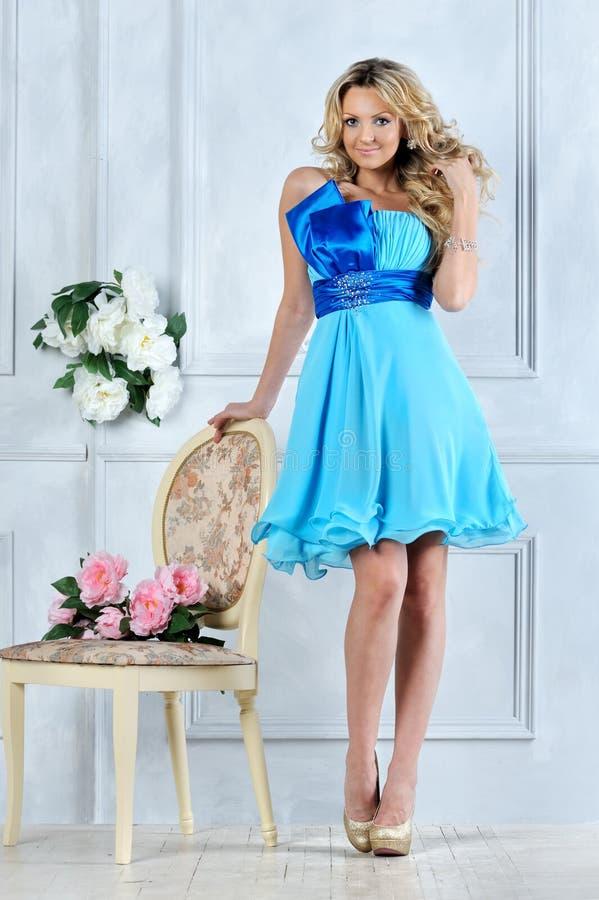 Mulher loura bonita no vestido azul. foto de stock royalty free