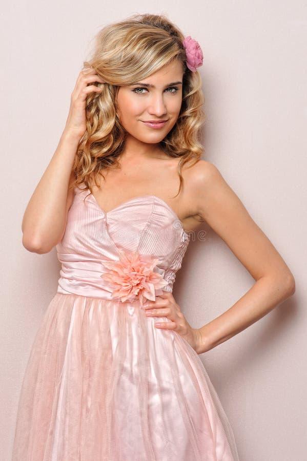 Mulher loura bonita no vestido chique. imagens de stock
