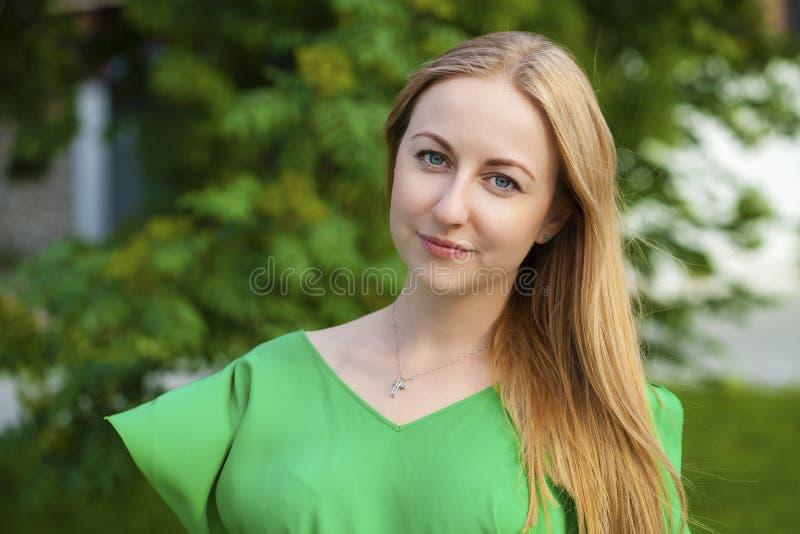 Mulher loura bonita nova foto de stock royalty free