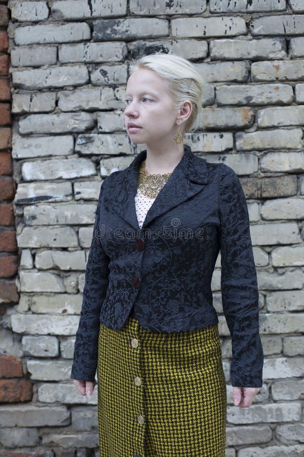 Mulher loura bonita nova em uma saia quadriculado do vintage amarelo foto de stock royalty free