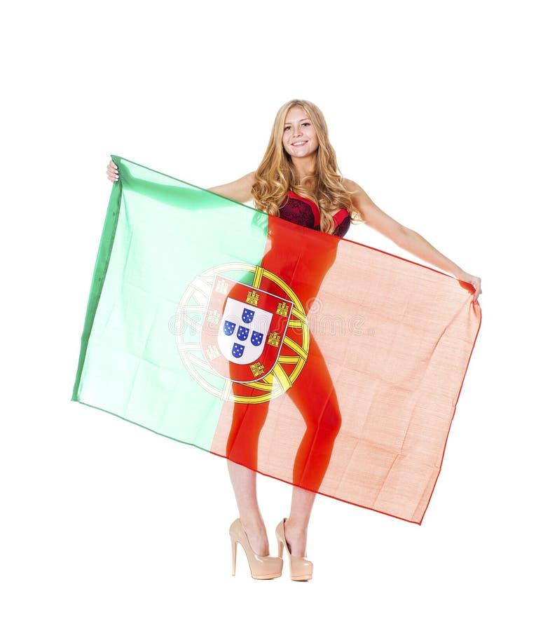 Mulher loura bonita que guarda uma grande bandeira portuguesa foto de stock royalty free