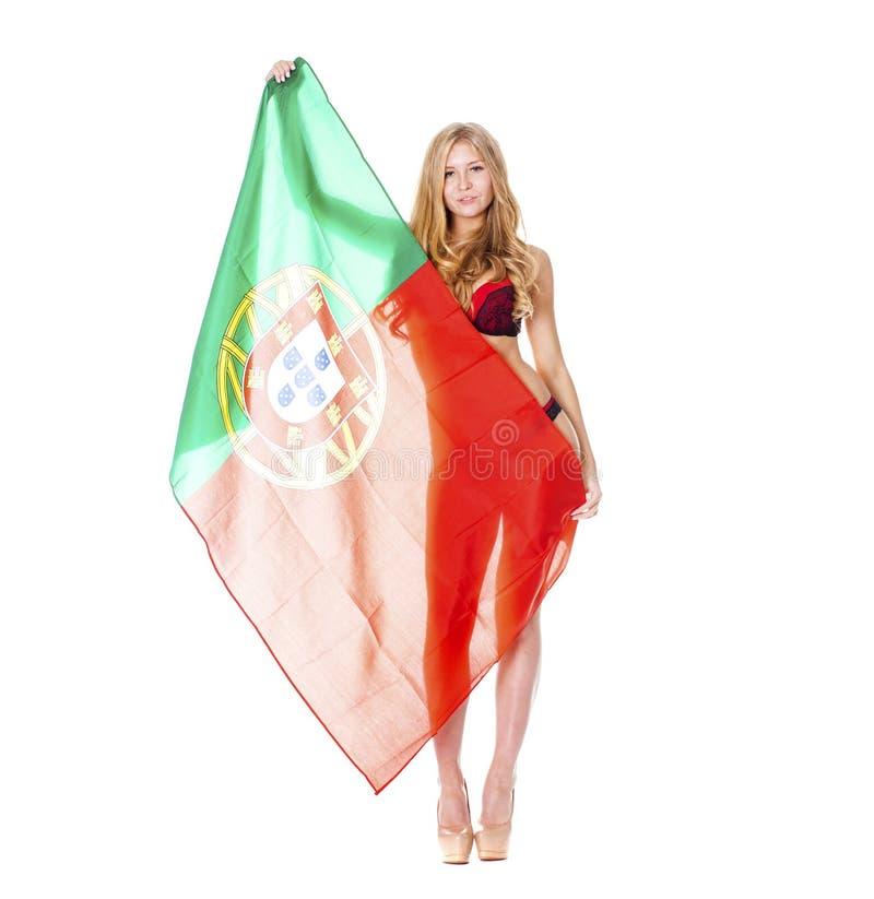 Mulher loura bonita que guarda uma grande bandeira portuguesa imagens de stock