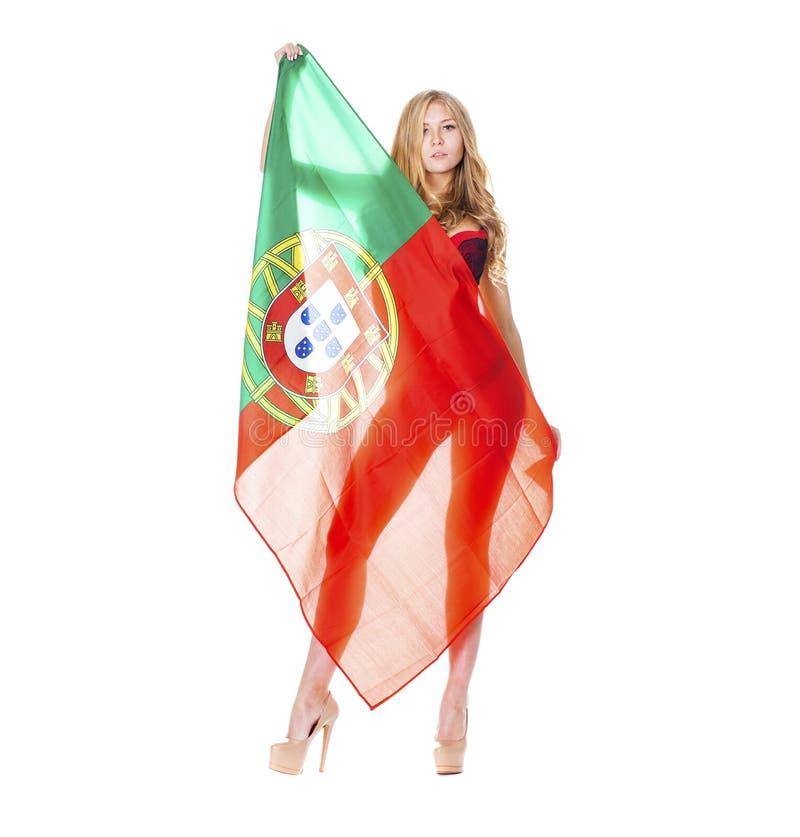 Mulher loura bonita que guarda uma grande bandeira portuguesa foto de stock