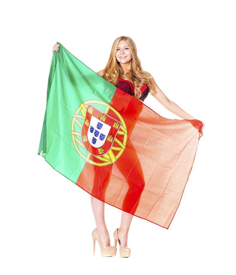 Mulher loura bonita que guarda uma grande bandeira portuguesa fotografia de stock royalty free