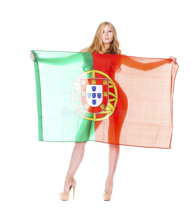 Mulher loura bonita que guarda uma grande bandeira portuguesa imagens de stock royalty free