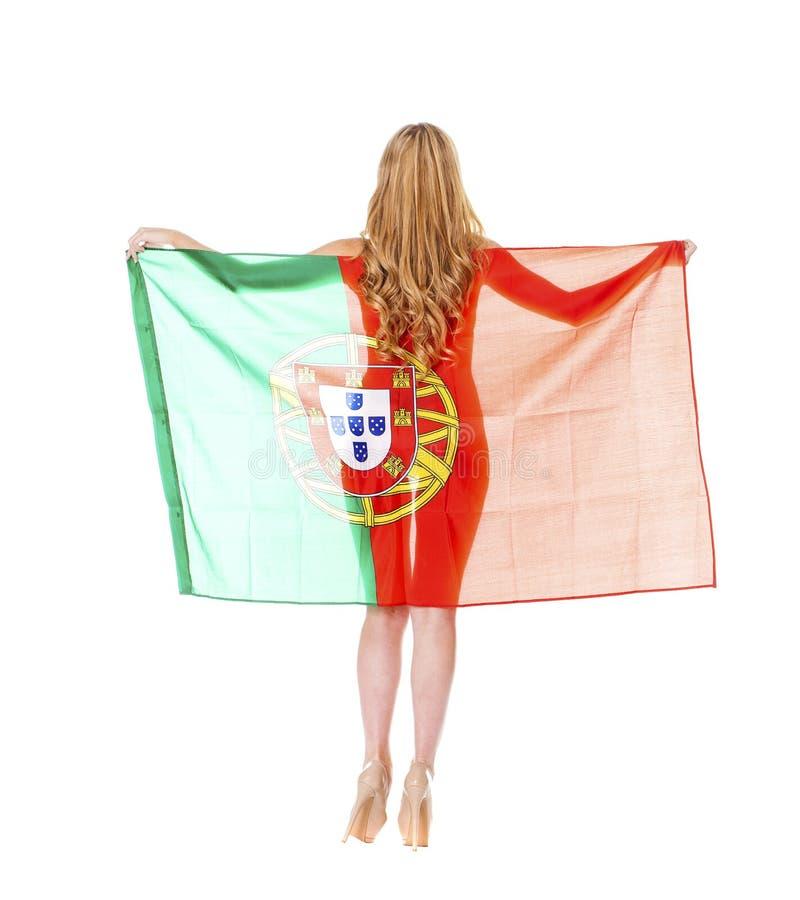 Mulher loura bonita que guarda uma grande bandeira portuguesa fotos de stock