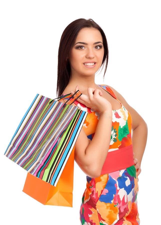 Mulher loura bonita que guardara sacos de compras fotografia de stock