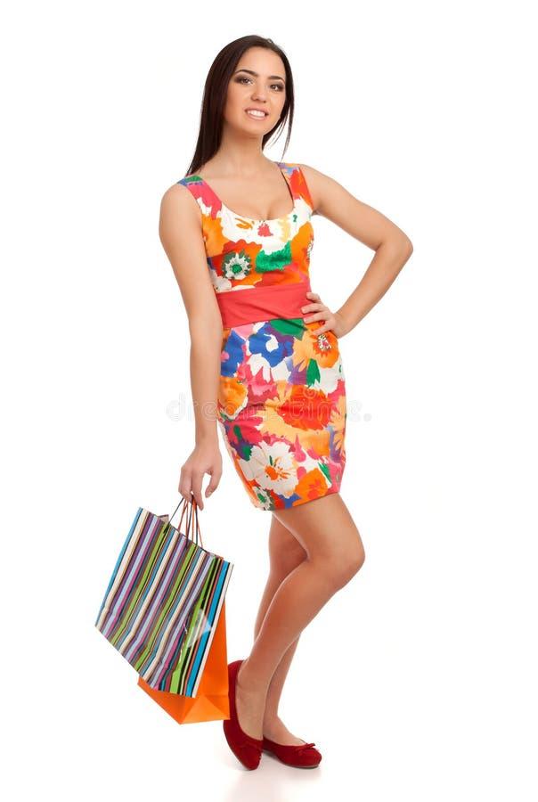 Mulher loura bonita que guardara sacos de compras imagens de stock
