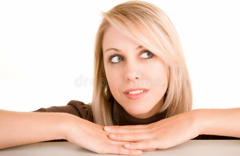 Mulher loura bonita que olha lateralmente foto de stock royalty free