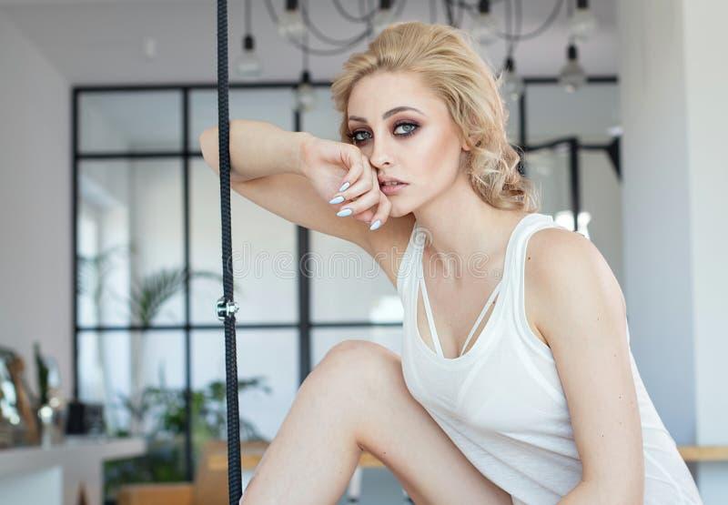 Mulher loura bonita que relaxa em casa fotografia de stock royalty free