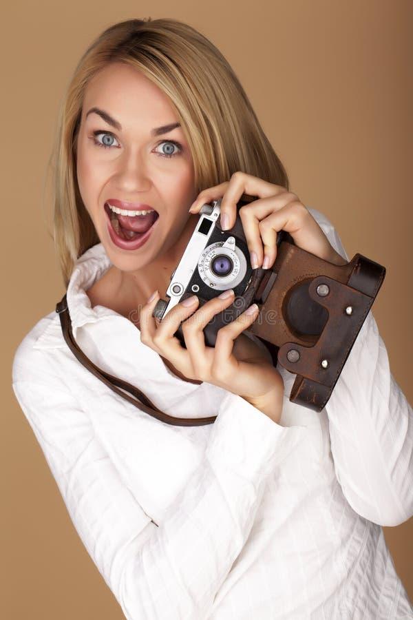 Mulher loura bonita que toma fotografias imagem de stock
