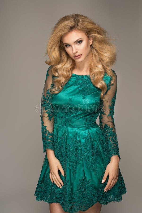 Mulher loura bonita sensual foto de stock royalty free