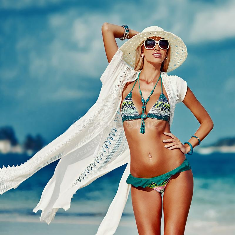 Mulher loura bonita sensual no chapéu e nos óculos de sol que levantam em s fotos de stock