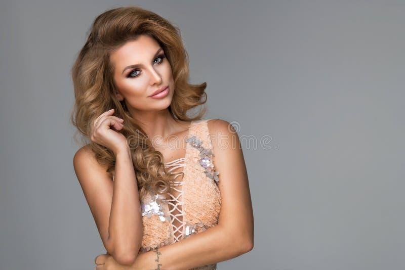 Mulher loura bonita sensual que levanta no vestido de brilho imagens de stock
