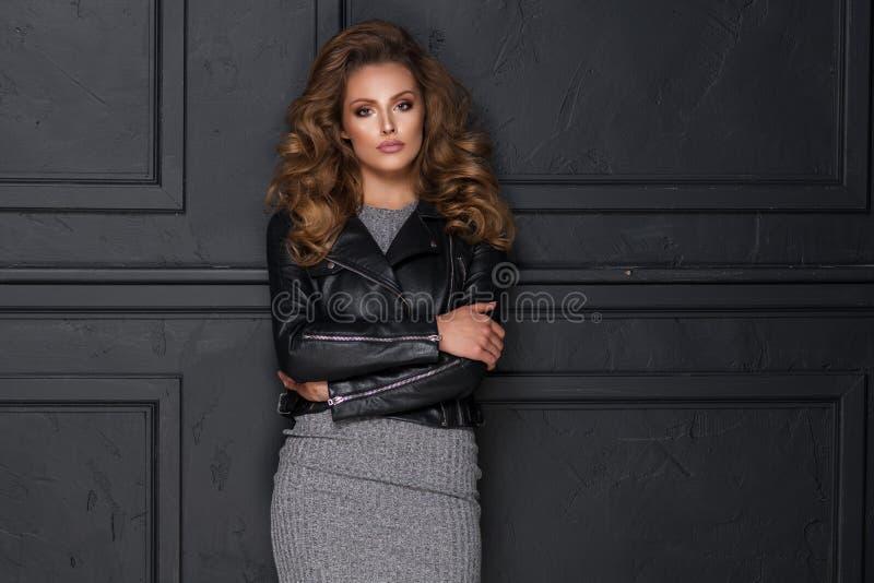 Mulher loura bonita sensual que levanta no vestido preto imagem de stock royalty free