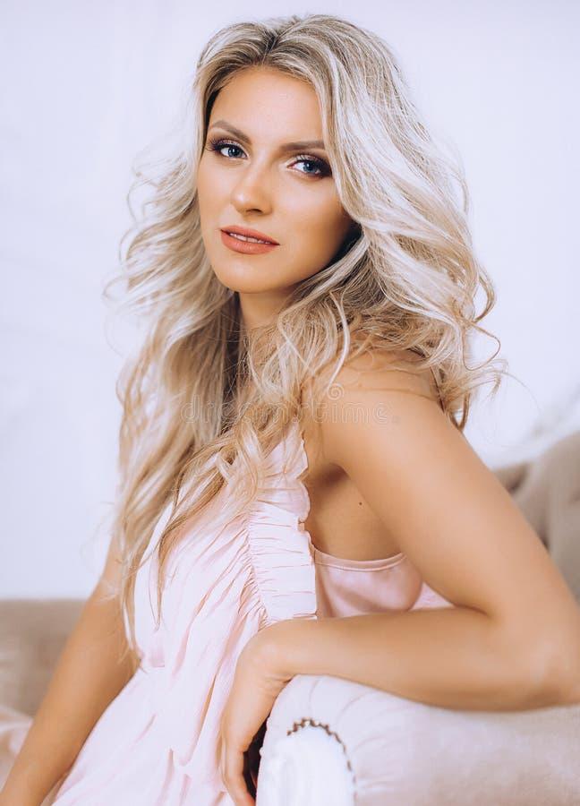 Mulher loura bonita 'sexy' em roupa íntima cor-de-rosa imagens de stock
