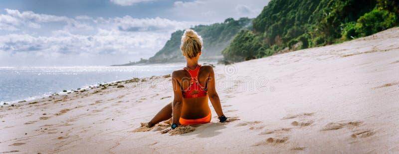 Mulher loura bronzeada em férias de verão, praia do turista, Bali Conceito das férias do desejo por viajar do curso fotografia de stock