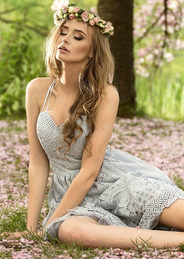 Mulher loura caucasiano bonita no jardim foto de stock