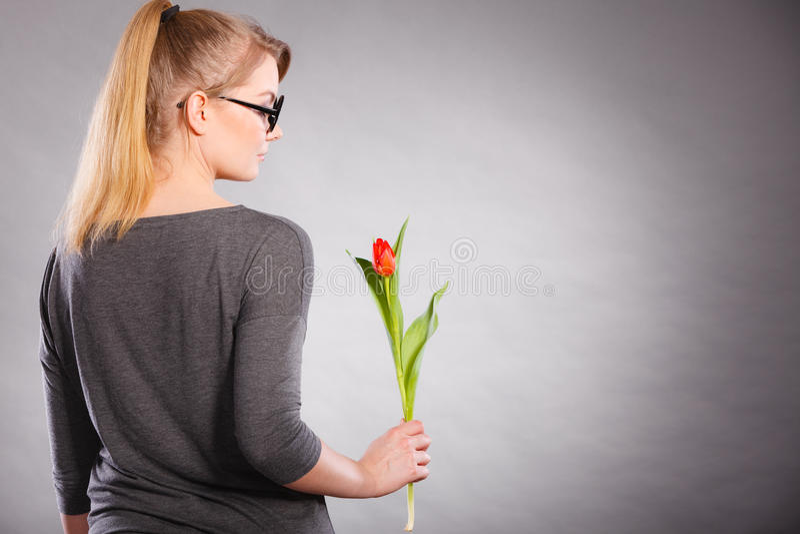 Mulher loura com única tulipa fotos de stock
