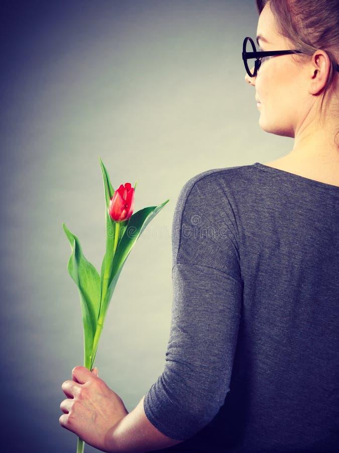Mulher loura com única tulipa fotos de stock royalty free