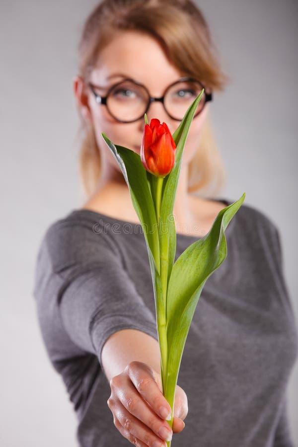 Mulher loura com única tulipa imagens de stock