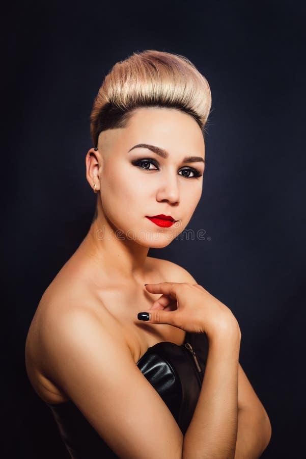 Mulher loura com cabelo curto belamente colocado imagem de stock royalty free