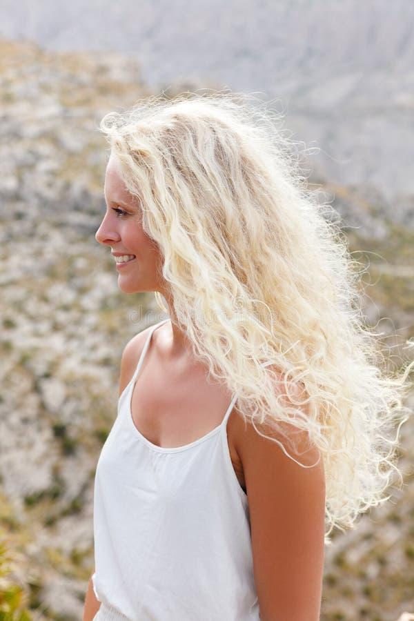 Mulher loura com cabelo longo imagens de stock