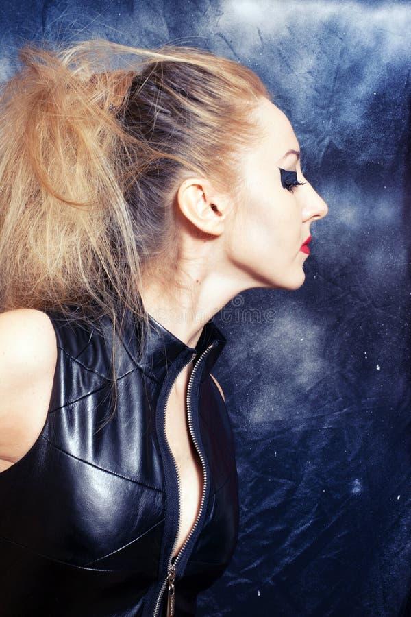 Mulher loura com composição gótico foto de stock