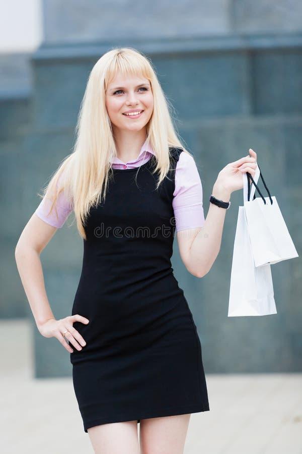 Mulher loura com compra do bloco fotos de stock royalty free