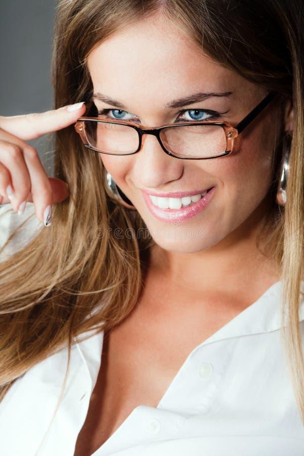 Mulher loura com eyeglasses imagem de stock royalty free
