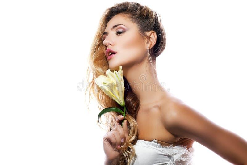 Mulher loura com a flor limpa fresca do pele e o branco do lírio isolada foto de stock royalty free
