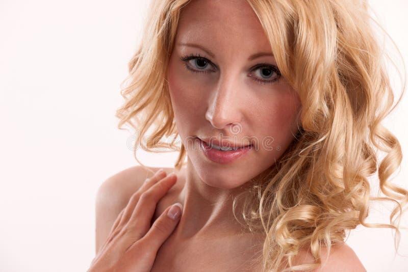 Mulher loura com grande cabelo e características faciais fotos de stock