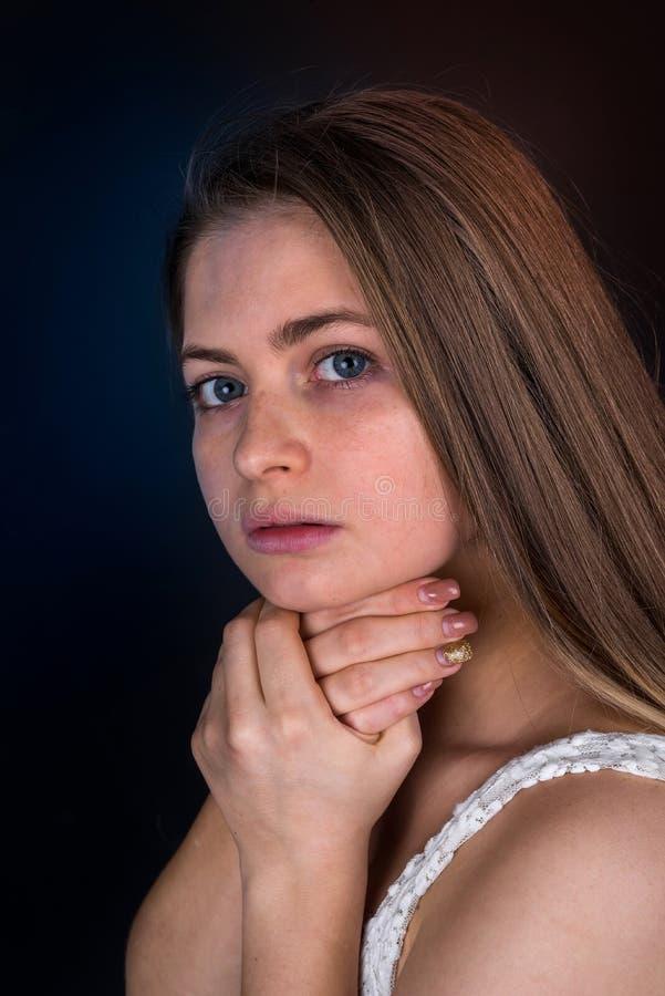 mulher loura com mãos em seu pescoço imagem de stock royalty free