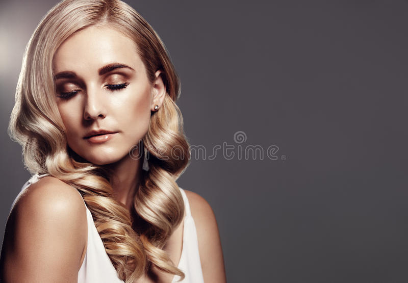 Mulher loura com penteado bonito fotos de stock