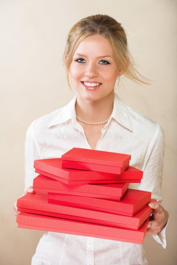 Mulher loura com presente vermelho imagens de stock royalty free