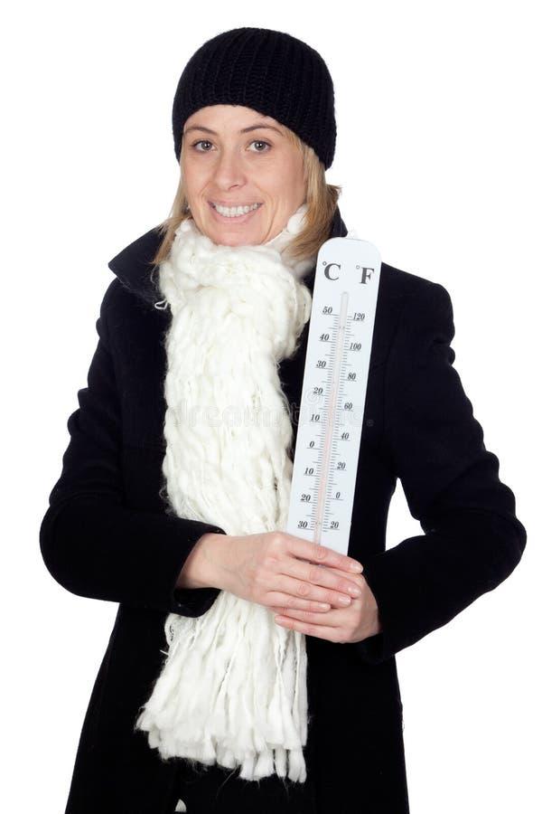 Mulher loura com um revestimento e um termômetro pretos fotografia de stock royalty free