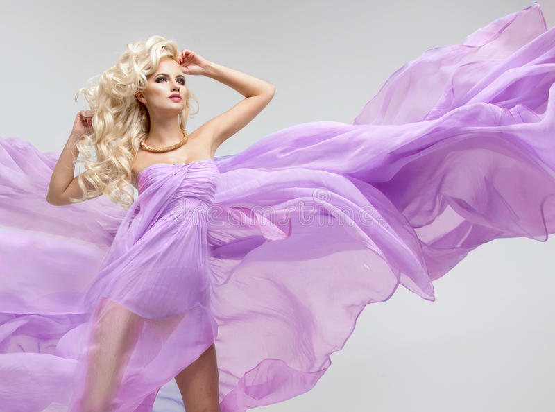 Mulher loura curvy glamoroso fotografia de stock